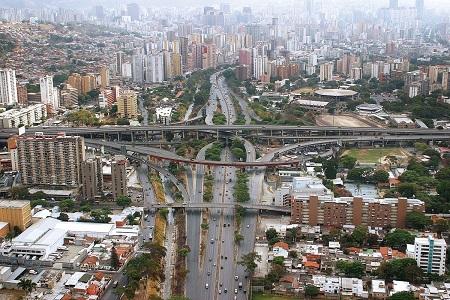 • Reúne textos y una selección fotografías aéreas de Caracas realizadas Nicola Rocco,  pertenecientes al libro editado por la FCU con curaduría de William Niño Araque y la coordinación  editorial de Pedro Quintero.