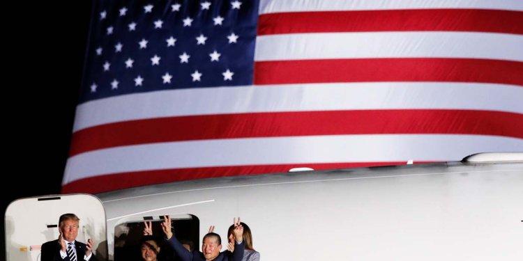 Trump recibió a los tres estadounidenses liberados por Corea del Norte