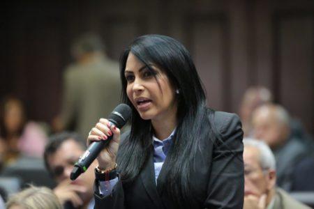 """-La presidenta de la Comisión Permanente de Política Interior de la Asamblea Nacional, diputada Delsa Solórzano (Unidad-Miranda), dijo que el productor agropecuario Carlos Tarazona, fue asesinado en el Táchira de un tiro en el pecho y no en un enfrentamiento con organismos de seguridad del Estado.  """"No se puede hablar en ninguna circunstancia de un enfrentamiento cuando hay testigos que señalan que no había ningún tipo de arma de fuego por parte de la víctima"""", afirmó la parlamentaria, durante unasolicitudde punto información en laplenariade la sesión ordinaria de este martes. Presentó una serie de videos y fotografías tomadas en la escena del crimen. """"Una vez que asesinan a Tarazona, los criminales se metieron en el lugar de los hechos y se robaron todos los enseres que allí habían"""", según Solórzano.  Aseguró que al productor agropecuario se lo llevaron en un camión robado, el cual fue saqueado después que cometieron el asesinato. """"Le quitan la vida y le arrebatan los bienes y dejan a su familia sufriendo"""".  Resaltó igualmente que la Comisión de Política Interior que preside ya abrió una investigación y que han requerido por escrito la documentación necesaria para la detención de los responsables."""