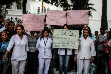 Colectivos amedrentaron a manifestantes frente al Hospital Vargas y retuvieron a periodistas