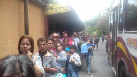 Algo tan cotidiano como ir a Caracas se hace complicado para muchos sanantoñeros, quienes ante el continuo aumento del pasaje deben pasar horas en bancos para conseguir efectivo.