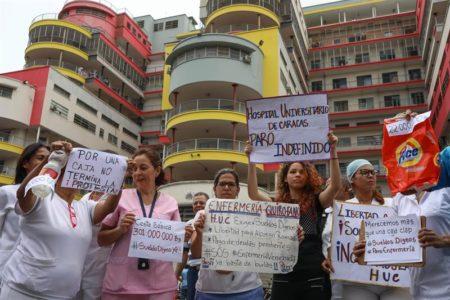 """Enfermeros venezolanos protestan por segundo día exigiendo salarios """"dignos"""""""