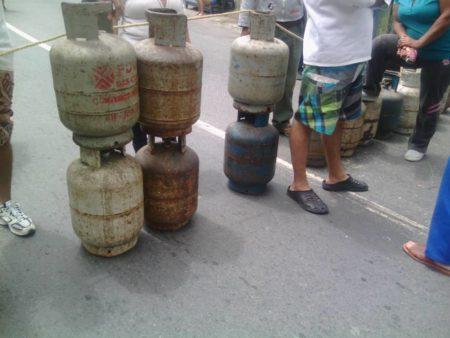 Vecinos de Las Lomitas trancaron la carretera vieja Caracas - Los Teques por falta de gas