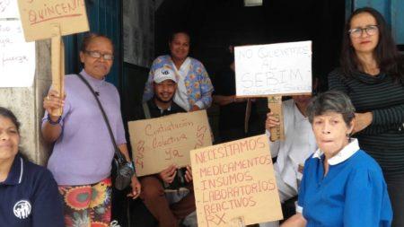 Trabajadores del Ivss en Los Teques protestan por segundo dia consecutivo.