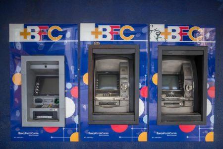Bancos venezolanos mantienen racionamiento de los nuevos billetes