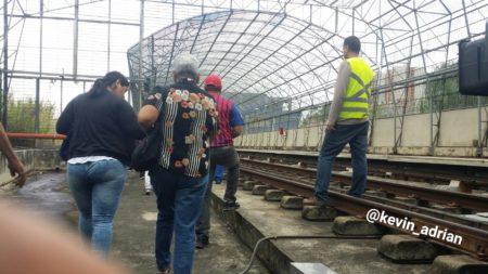 Usuarios del Metro Los Teques debieron caminar por rieles tras apagón que paralizó servicio