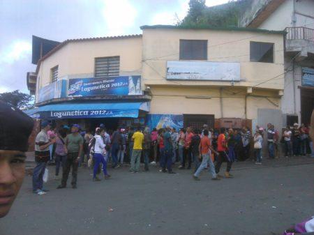 Desde tempranas horas se formaron en filas los residentes del sector Lagunetica de la capital mirandina para adquirir dos kilos de harina pan.