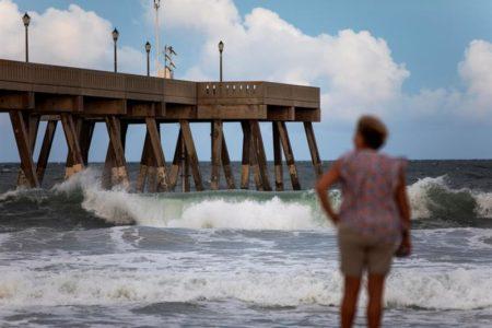 Florence se mantiene como categoría 3 en su avance hacia la costa de EE.UU.