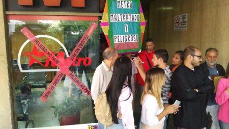 Usuarios protestan en la Presidencia del Metro de Caracas declarando su cierre técnico