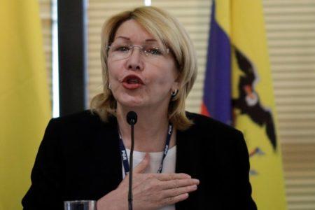 La fiscal general de Venezuela, Luisa Ortega Díaz, sostiene una constitución de Venezuela durante una conferencia de prensa en Caracas, Venezuela, el 4 de julio de 2017. REUTERS / Carlos Garcia Rawlins
