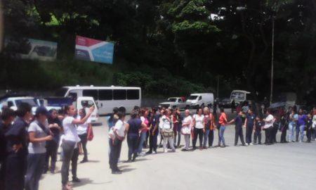 Representantes de niños de la escuela Cecilio Acosta de Los Teques trancaron la Panamericana