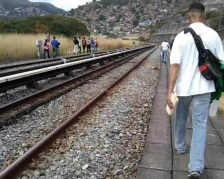 Cientos de pasajeros desalojan vagón del Metro  y caminan por rieles tras nueva falla del servicio