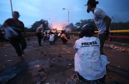 Colombia cierra dos días pasos fronterizos con Venezuela para evaluar daños
