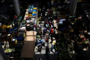 People shop at a fresh produce market, in Caracas, Venezuela May 9, 2020. Picture taken May 9, 2020. REUTERS/Fausto Torrealba NO RESALES. NO ARCHIVES