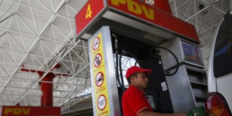 Una gasolinera de PDVSA en Caracas, ago 29 2014. Un tribunal del Banco Mundial emitirá en los próximos días una decisión sobre un pleito entre la petrolera venezolana PDVSA con la estadounidense Exxon Mobil, que reclama miles de millones de dólares de compensación por la nacionalización de sus activos en el país sudamericano, dijo el jueves un diario local.  REUTERS/Carlos Garcia Rawlins