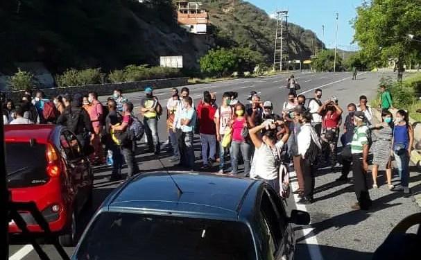 Ciudadanos protestan en el estado La Guaira, más específicamente en el  sector El Trébol (llegando a La Guaira), por problemas con el transporte en la entidad, el aumento del pasaje y los problemas de la gasolina