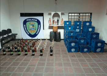 Los funcionarios policiales realizaron el cierre inmediato y el decomiso de bebidas alcohólicas