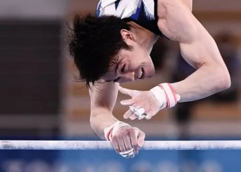 Japan's Kohei Uchimura competes in the horizontal bars event of the artistic gymnastics men's qualification during the Tokyo 2020 Olympic Games at the Ariake Gymnastics Centre in Tokyo on July 24, 2021. (Photo by Loic VENANCE / AFP)