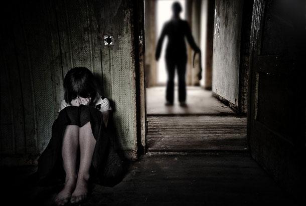 La prostituta de purpura y escarlata Abuso-infantil