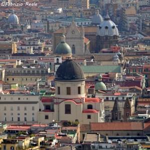 Santa Maria Maggiore alla Pietrasanta (in primo piano). In fondo, il duomo con la cupola della cappella del tesoro di San Gennaro