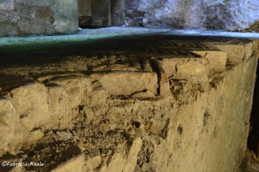 pavimento medievale su muro romano chiesa santi filippo e giacomo