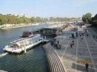 Vista linda da Ponte D'Iena - muitos barcos de passeios