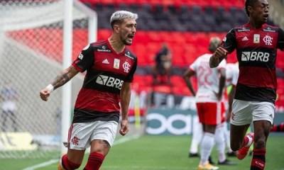 De virada, Flamengo vence o Inter e assume a liderança do Brasileirão