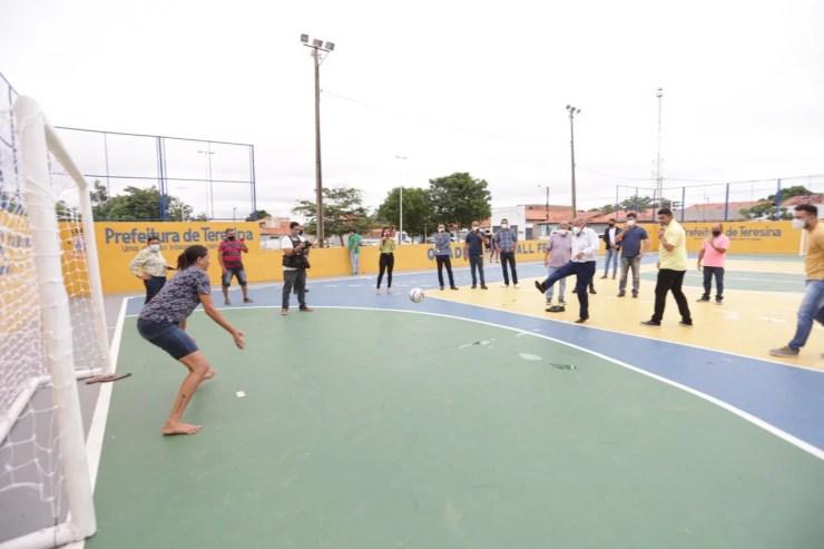 Prefeitura de Teresina reforma quadras e entrega equipamentos desportivos