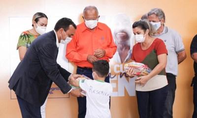 Dr. Pessoa entrega kits alimentação, tablets e materiais escolares para alunos