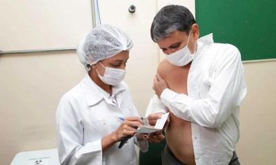 Wellington Dias recebe a primeira dose da vacina contra Covid-19