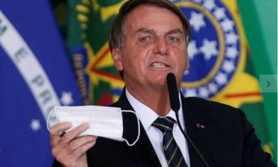 Bolsonaro tira máscara, manda repórter e equipe calarem a boca