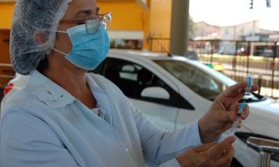 FMS aplica dose de reforço em idosos de 77 anos contra Covid