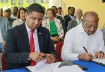El director DE OMSA, Héctor Mojica y el rector del Instituto Técnico Superior Comunitario (ITSC), Milton Reyes