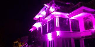 Así luce la fachada del SRSM con motivo al mes del cáncer de mama