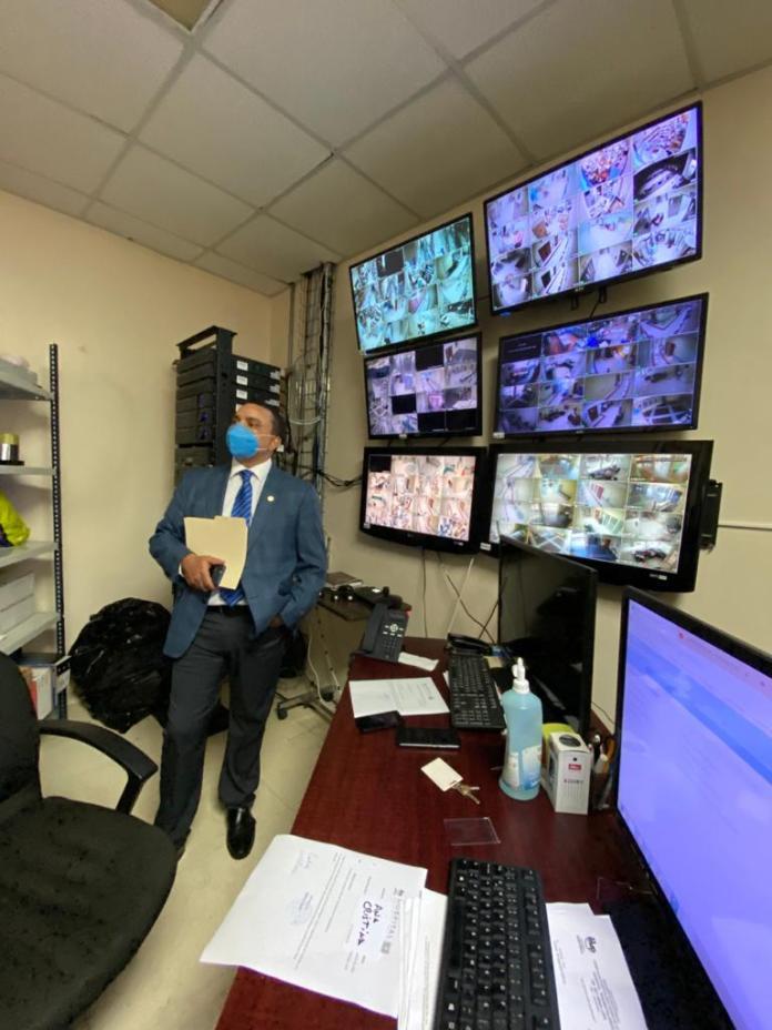 Ney Arias Lora instala un moderno equipo para controlar acceso de empleados y usuarios