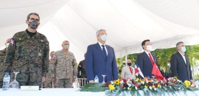 La entrega se realizó al ministro de Defensa, teniente general Carlos Luciano Díaz Morfa, quien recibió los vehículos entregados por el Gobierno chino.