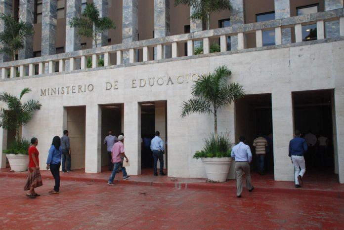 Empleados distrito escolar de Gaspar Hernández denuncian cancelaciones masivas