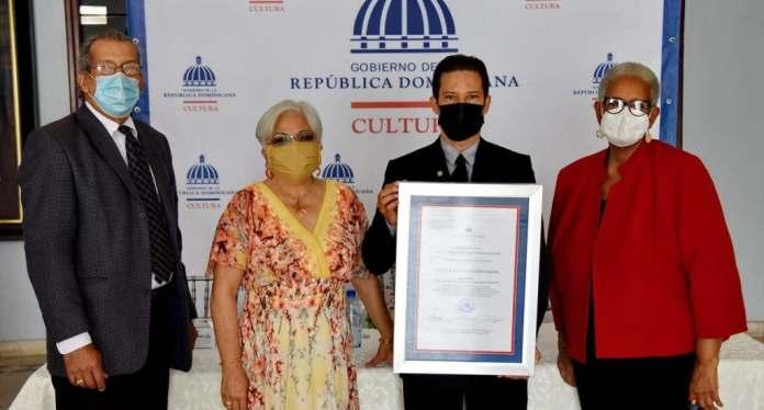 El jurado seleccionador estuvo compuesto por los historiadores Carmen Durán, Mukien Adriana Sang y José G. Guerrero, quienes, al tiempo de valorarla como un verdadero compendio sobre la vida cotidiana de Santiago, resaltan que es una contribución al estudio de la historia nacional.