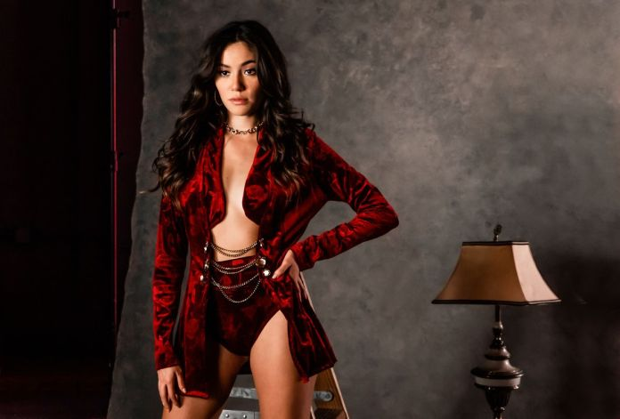 Marylí es una talentosa cantante y compositora mexicana del género Pop Urbano, descendiente de una familia de músicos, quien ha crecido entre las cámaras y los escenarios.