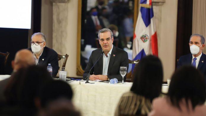 Abinader promete defender derecho libre ejercicio periodístico