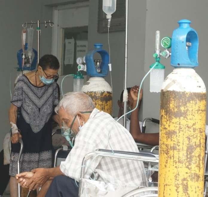 Pacientes continúan en espera de camas. FOTO: Elieser Tapia