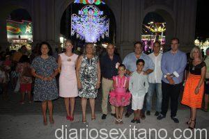ALCALDESA DE ALMUÑECAR Y EDILES POSANDO TRAS ENCENDIDO ALUMBRADO FERIAL 16