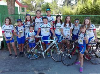 ciclistas-sexitanos-con-sus-trofeos-en-en-armilla-16