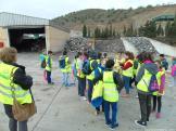 alumnos-observan-zona-reciclaje-verde-velez-16