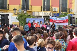 lectura-mensajes-de-alumnos-contra-la-violencia-genero-en-concentracion-16