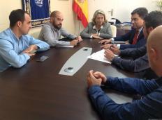 MOMENTO REUNION ALCALDESA Y REPRESENTANTES DE ENDESA EN ALCALDÍA ALMUÑECAR 17