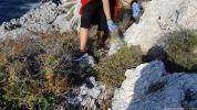 Aparejos de pesca entre las rocas y flora en Punta de la Mona 18