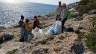 Voluntarios en plena acción de limpieza en Punta de la Mona 18