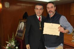 AUTOR DEL CARTEL RECOGE SU PREMIO DE MANOS DEL VICEPRESIDENTE AGRUPACIÓN COFRADIAS 19
