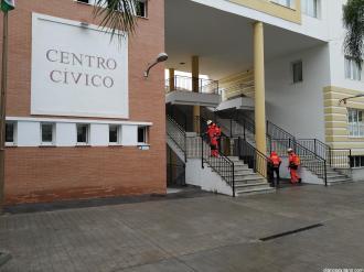 BOMBEROS DESINFECTAN CENTRO CIVICO LA HERRADURA
